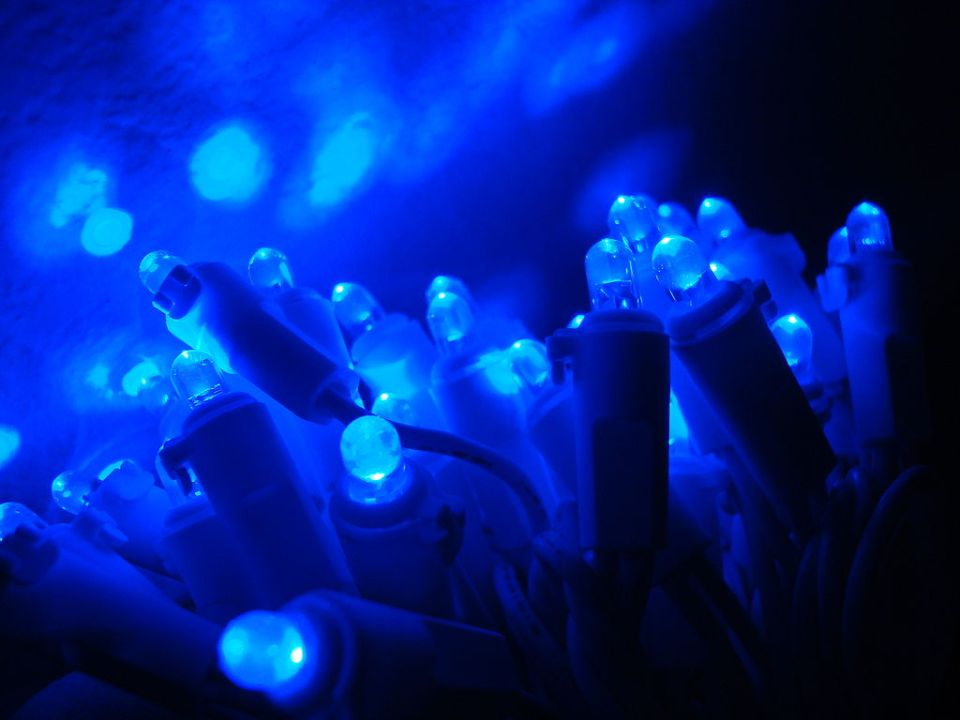 1024px-Blue_LED_and_Reflection