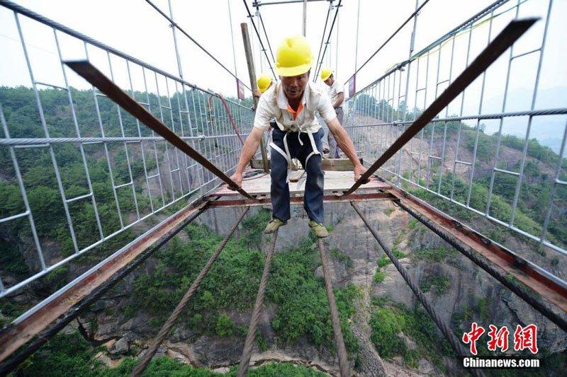 glass-suspension-bridge-shiniuzhai-national-geological-park-hunan-china-7