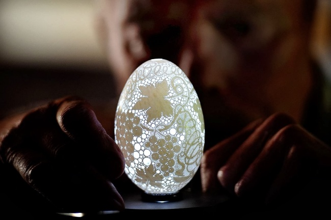 533605-650-1452509505-This-Eggshell-Has-More-Than-20000-Holes-Drilled-In-It