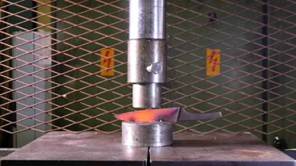 1000 Degree Knife Crushed With a Hydraulic Press