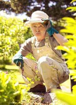 derékfájás okai, kerti munka, guggolás helyesen