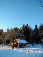 Österunda bastu på vintern en solig dag