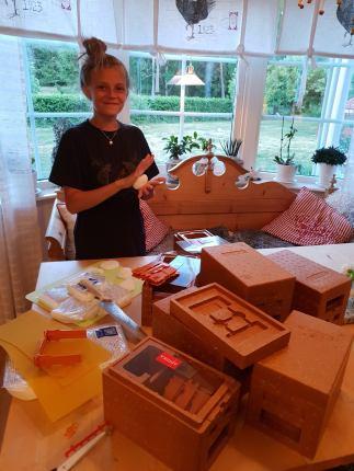 Sara gör i ordning parningskupor till drottningodlingen