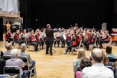Arne dirigerer med stø hånd