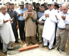 Shahbaz prays after laying Foundation Stone of Jamia Mosque in Ashiana Housing Lahore