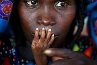 Une femme et son enfant dans un centre d'alimentation d'urgence à Tahoua, Niger