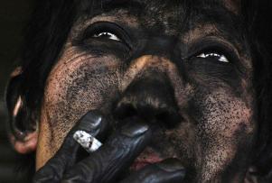 Un mineur fumant une cigarette après son travail à Changzhi