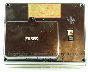 Wylex Standard 4 Way Fusebox With Brown Wooden Frame