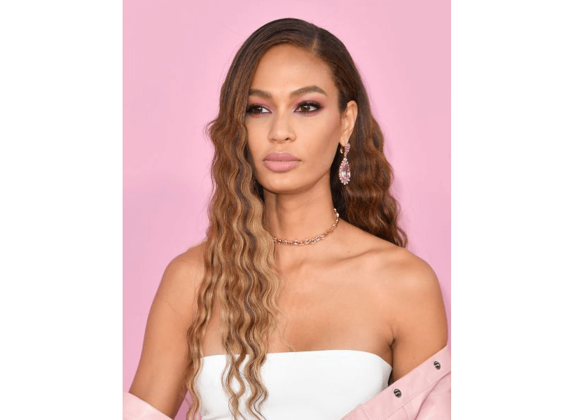 2020 hair trends: Joan Smalls against a light pink background.