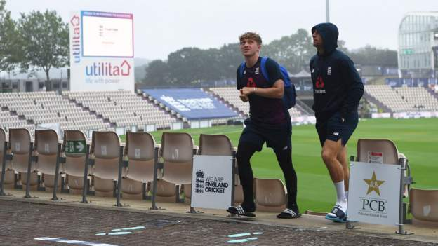 Weather holds up England and Pakistan