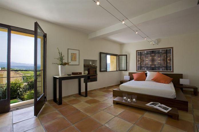 camera da letto lussuosa con pavimento in cotto