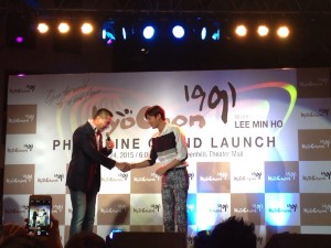 My hubby , Francis, welcoming Lee Min Ho to the Kyochon Grand Launch held in Theatre Mall, Greenhills
