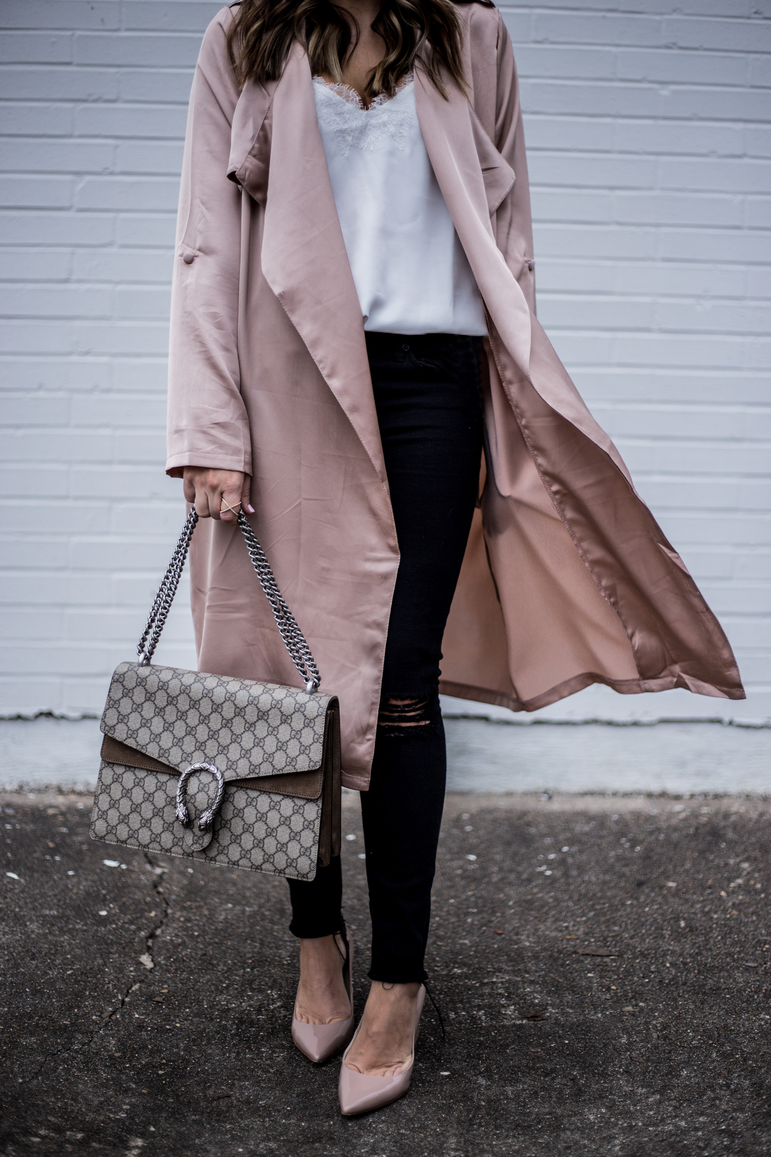 Lifestyle blogger Tiffany Jais of Flaunt and Center wearing a satin duster jacket with skinny jeans  