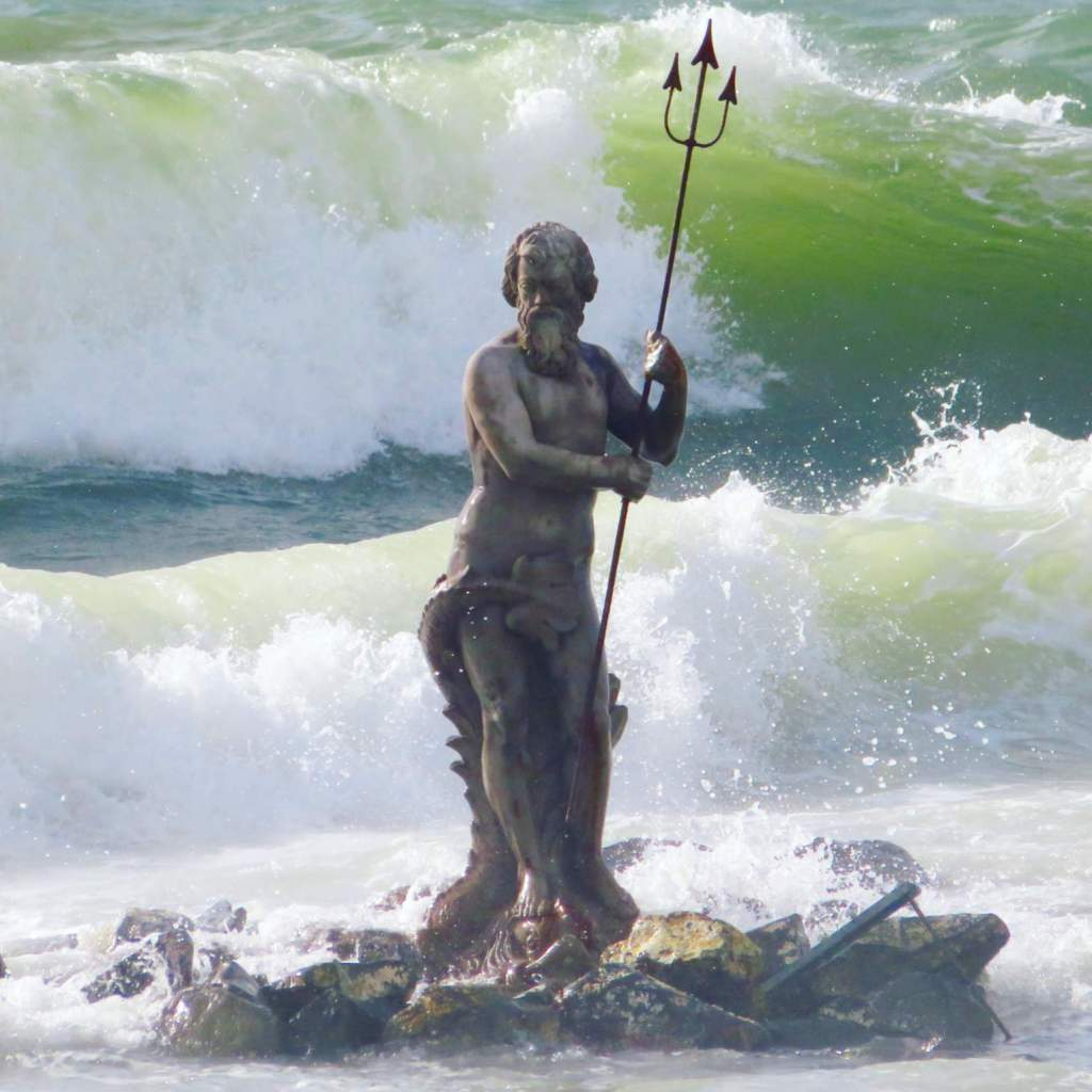 The Neptune Statue and green waves on the back