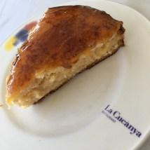 Pastel casero de compota de manzana y crema quemada