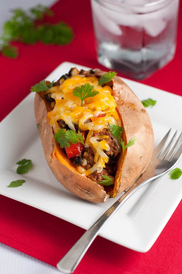 Chipotle Chili Stuffed Sweet Potatoes. Tex-Mex flavours in a healthy sweet potato! Fiber rich and full of protein. Did I say delicious? |www/flavourandsavour.com