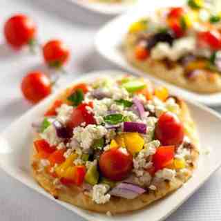 This Greek Salad Mini Flatbread with Tzatziki makes a healthy, fresh veggie-packed, flavourful accompaniment to dinner. It's a breeze to prep!|www.flavourandsavour.com