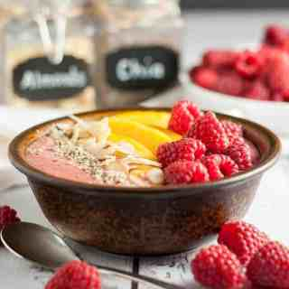 Healthy Peach Melba Breakfast Smoothie Bowl. Eat clean with all the benefits of a smoothie, but with the added benefits of fun toppings! |www.flavourandsavour.com
