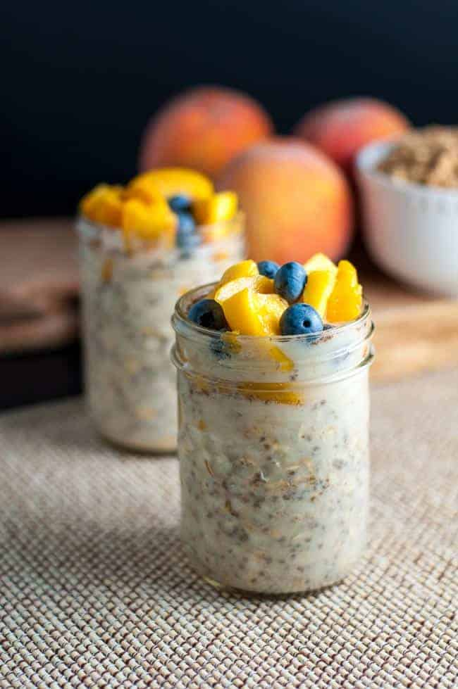 Peach and Blueberry Overnight Oats. Creamy oatmeal without the cream! |www.flavourandsavour.com