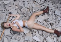 miley-cyrus-naked-wrecking-ball-music-video-0909-59-580x435
