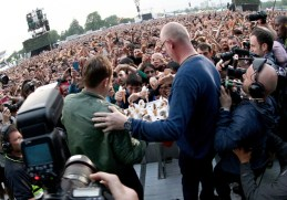 LONDON, ENGLAND - JUNE 20: SUN NEWSPAPER OUT. MANDATORY CREDIT PHOTO BY DAVE J. HOGAN GETTY IMAGES REQUIRED Damon Albarn of Blur hands out ice creams during their performance at the British Summer Time 2015 at Hyde Park on June 20, 2015 in London, England. (Photo by Dave J Hogan/Getty Images) *** Local Caption *** Damon Albarn