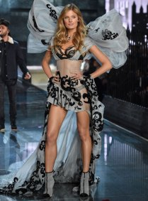 fashion-show-runway-2015-portrait-of-an-angel-constance-look-13-victorias-secret