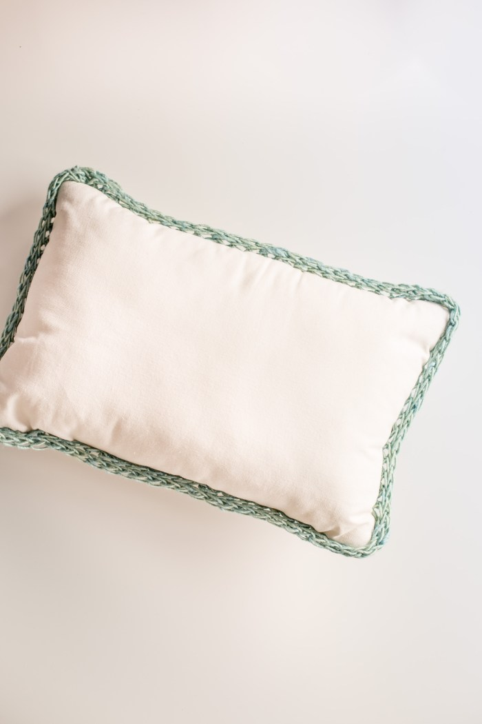 finger knitting trimmed pillow-8559