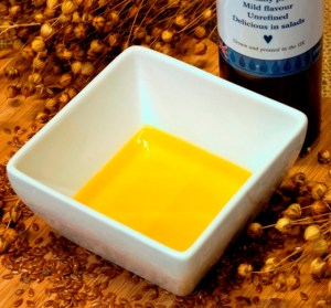 Cold-pressed linseed oil for hens and poultry