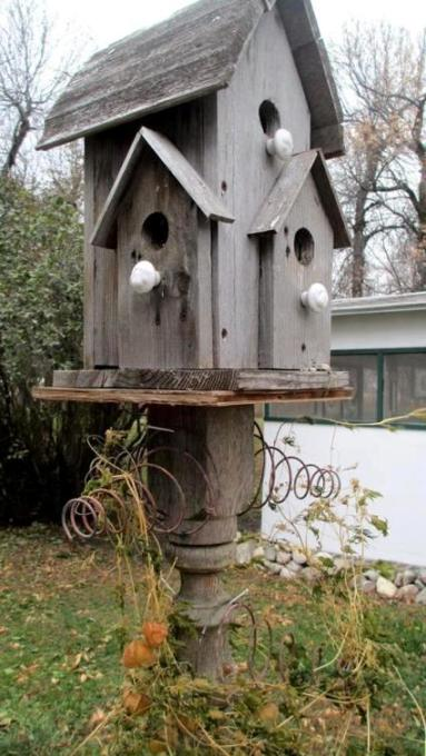Sue Gerdes uses the rusty springs to help hold those vines on this birdhouse post.