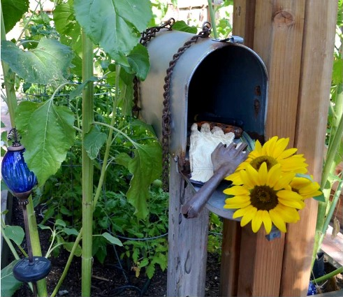 Marie's 'finished' her garden mailbox with rusty chains as decoration