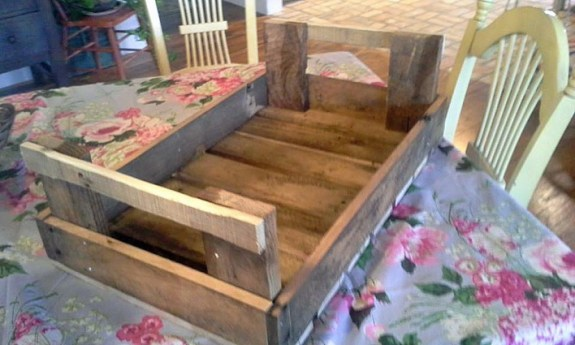 Clever pallet wood trays can be used for serving or decorating