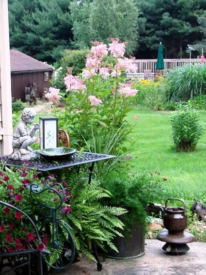Jeanne Sammons creates a good balance betwen plants and Flea Market 'obets d'art'