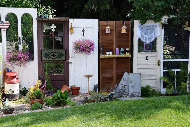 Rhonda Schlenker\u0027s \u0027door fence\u0027 & Fun garden vignettes from vintage doors | Flea Market Gardening