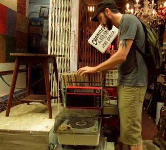 Sifting through old records at a flea market - Dorrego Flea Market Buenos Aires© Ingrid