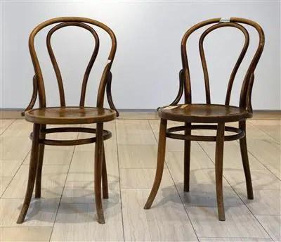 Zwei Caffeehausstühle im Stile von Thonet. Vierbeinige4