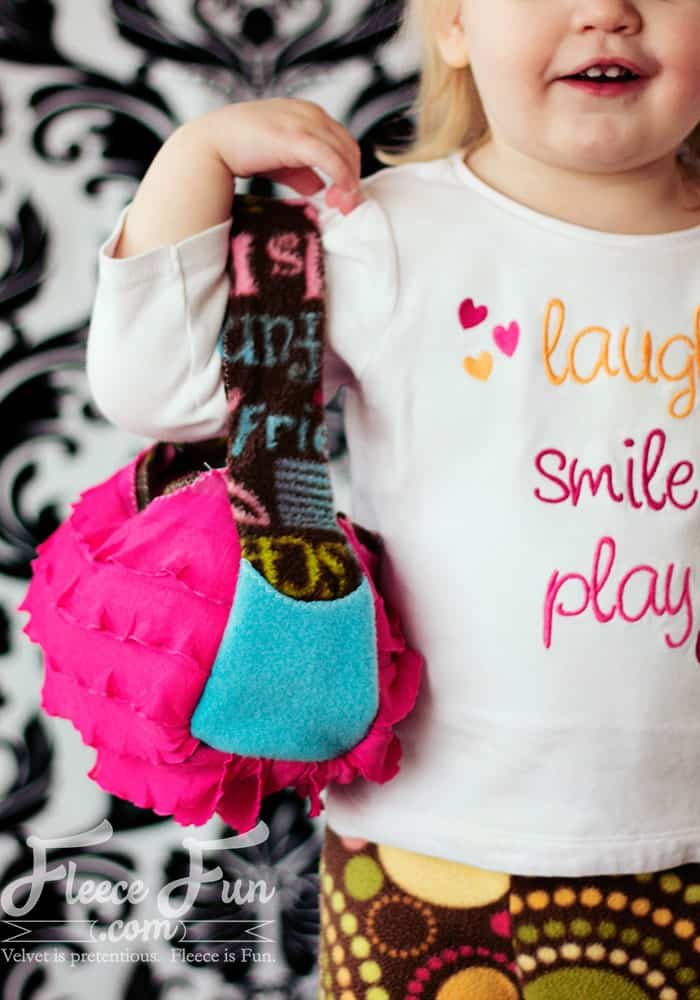 I love this cute little quick sew purse! I love that it has a free pdf pattern in child and adult size. Plus there's a video to walk you through each step! Love that! Great idea for a diy sewing tutorial.