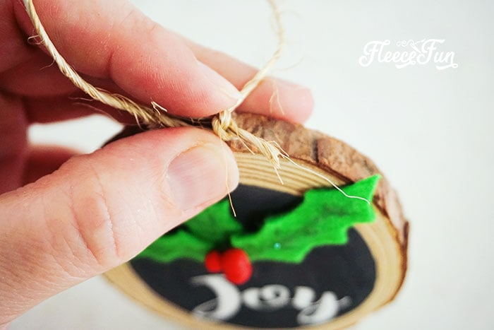Homemade Christmas Ornament: This farmhouse style wooden Christmas ornament diy makes for the perfect addition to your holiday decor. Make it for your home or use it as a hostess or neighbor gift. This simple and sweet ornament comes together so easily you might just want to make several in one sitting.