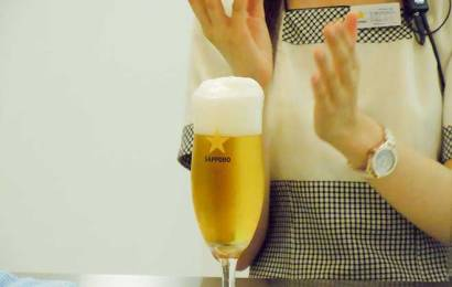 How To Pour A Delicious Sapporo Beer Instructed by Sapporo Beer Museum's Lady