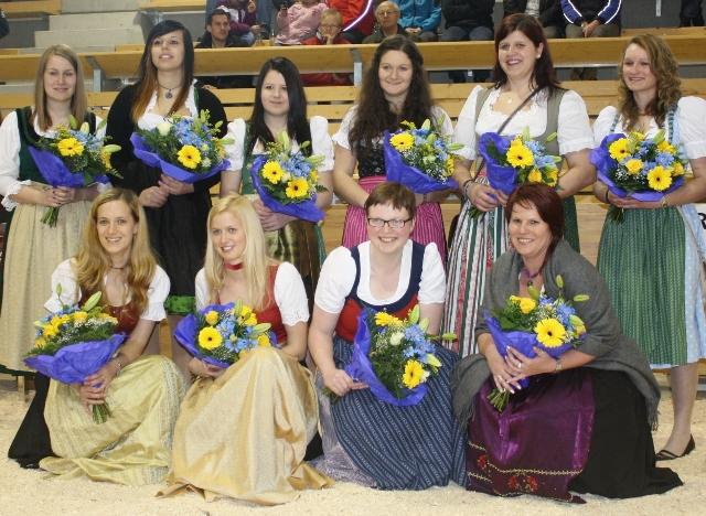 Beim 1. Niederösterreichischen Fleischrindertag in Bergland am 9. März wurden alle Miss Charolais Kandidatinnen vorgestellt. Hinten von links: Verena Grimschitz (Ktn.), Eva-Maria Bachler (Ktn.), Stefanie Wieser (Ktn.), Stefanie Otti (Ktn.), Verena Fritz (Stmk.), Carina Nachförg (NÖ). Vorne von links: Amtierende Miss Charolais Andrea Maizinger (Ktn.), Antonia Krenn (NÖ), Katrin Tröstl (NÖ), Cornelia Schneck (NÖ).