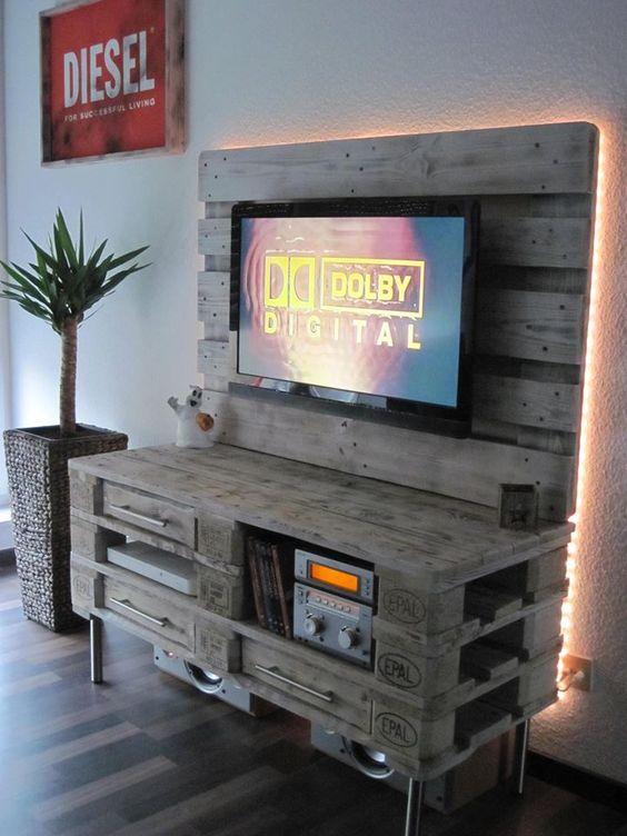 un meuble tv avec des palettes