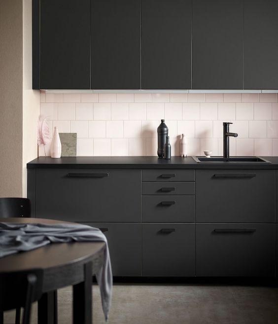 des cuisines en noir et rose floriane