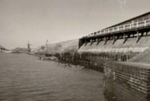voor ophoging van de dijk mei:april 1975