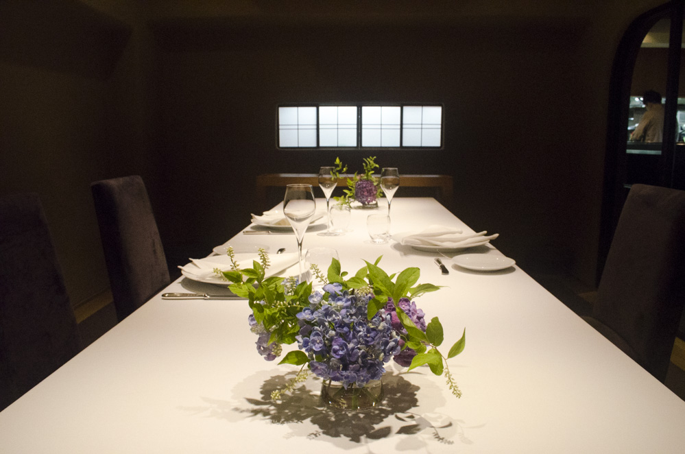 fleurdelilah French restaurant L'Effervescence private room table setting