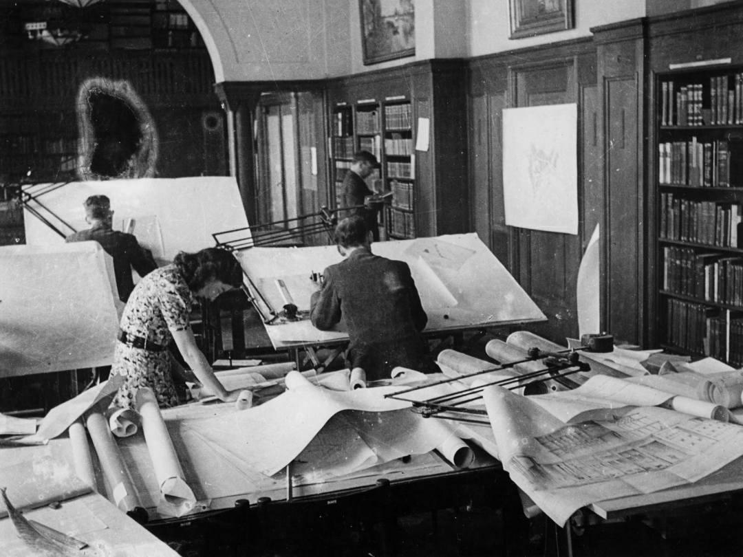 Stadsarchitect W.G. Witteveen werkt aan het nieuwe stadsplan van Rotterdam in 1940.
