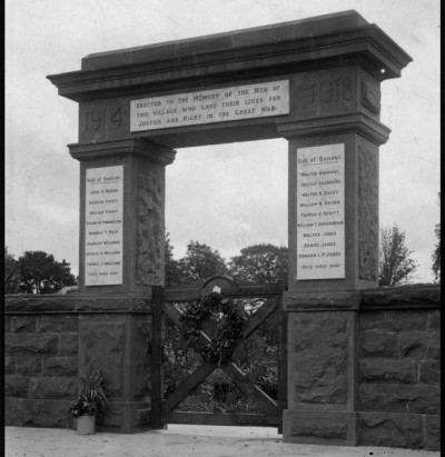 War-memorial-gates 3