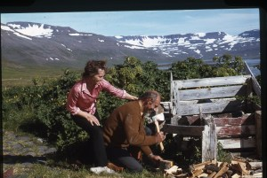 Myndin sýnir Finnboga Jósefsson sem var bóndi í Fljóti og Boggu Venna sem er bróðirdóttir Finnboga. Myndin er líklega tekin af Jóni M Gunnarssyni