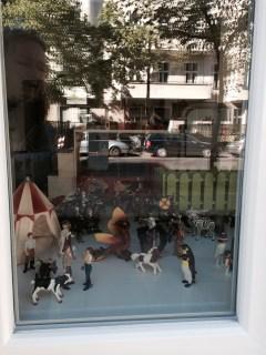Figuren im Fenster