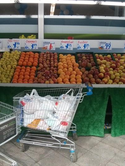 Obst und Gemüse liegen zum großen Teil draußen.