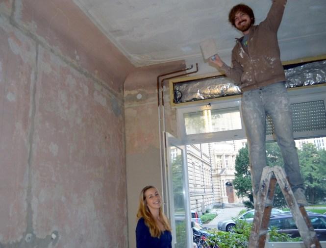 Pauline Bröcher und Gregor Hüttner während der Renovierung. Mittlerweile stehen schon die ersten Möbel im Atelier.