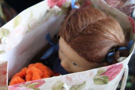 Eine Puppe wartet auf eine neue Besitzerin.